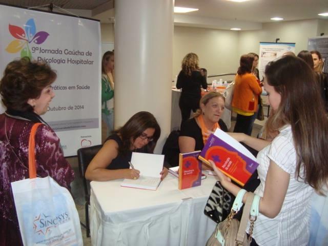 Marisa prestigiando a sessao de autografos de livro